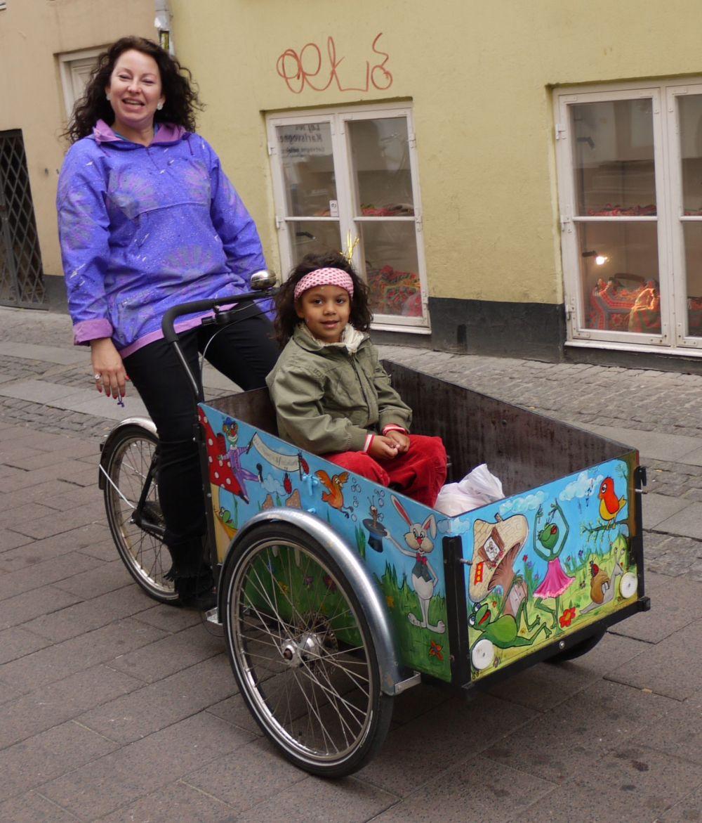 Publicity - Danish mum w daughter on Christiania w bugs bunny