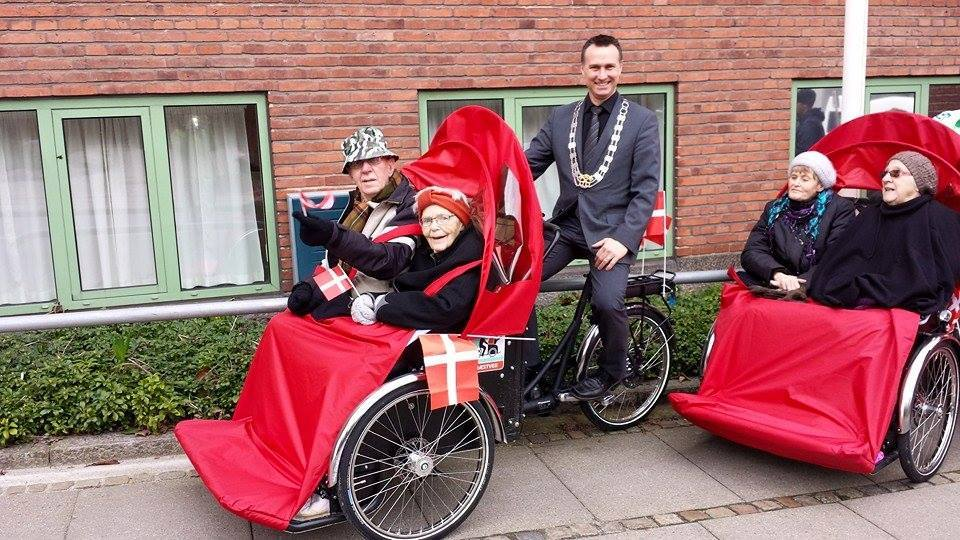 The Mayor of Næstveds with four residents of a local care home, before their outing. (Foto: Pia Jørgensen)