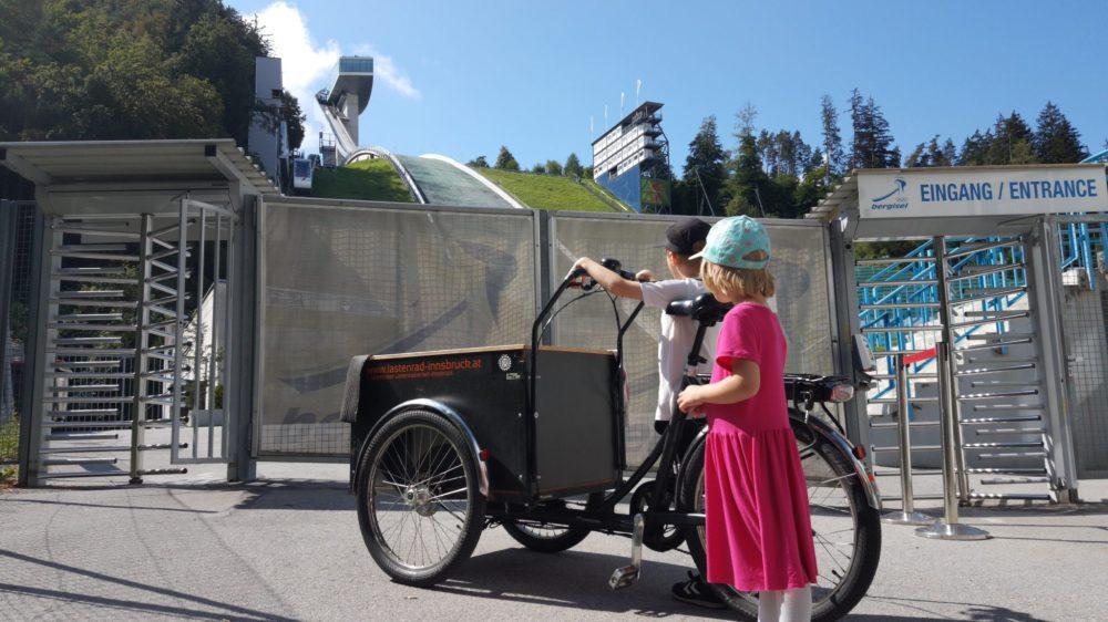 mit-freiem-lastenrad-lara-zur-skisprungschanze-bergisel-in-innsbruck-foto-cargobike-jetzt
